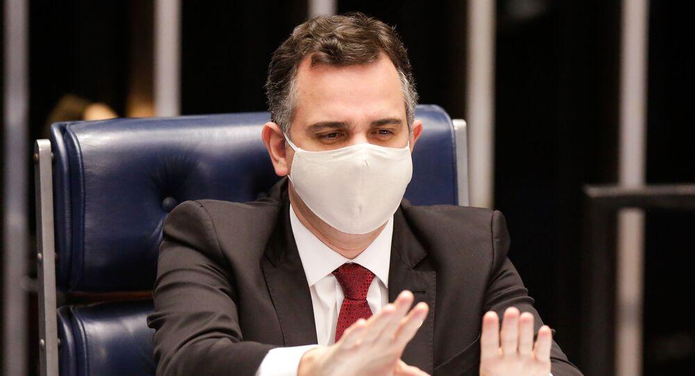 Em Brasília, o presidente do Senado, Rodrigo Pacheco (DEM-MG), gesticula durante sessão legislativa, em 4 de março de 2021
