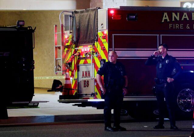 Em Orange, no estado norte-americano da Califórnia, policiais atendem a uma ocorrência de tiroteio, em 31 de março de 2021