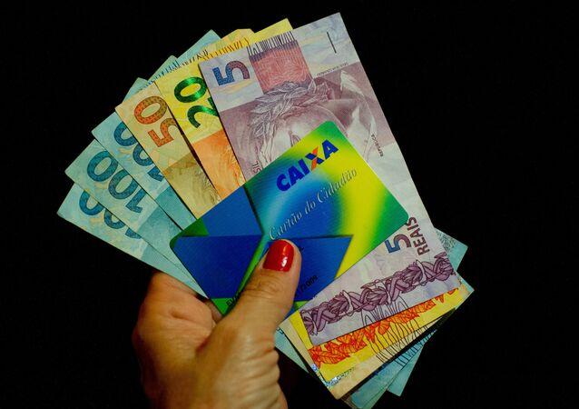 Auxílio Emergencial começa a ser pago no dia 5 de abril para os inscritos via site e aplicativo. Governo pagará quatro parcelas mensais do auxílio. Valores variam entre R$ 150 e R$ 375.