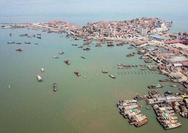 Barcos de pesca retornando a um porto em Lianyungang, na província de Jiangsu, China (foto de arquivo)
