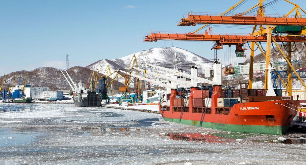Navio cargueiro Radik Bashirov (à direita) durante descarregamento no Porto Marítimo Comercial de Petropavlovsk-Kamchatsky