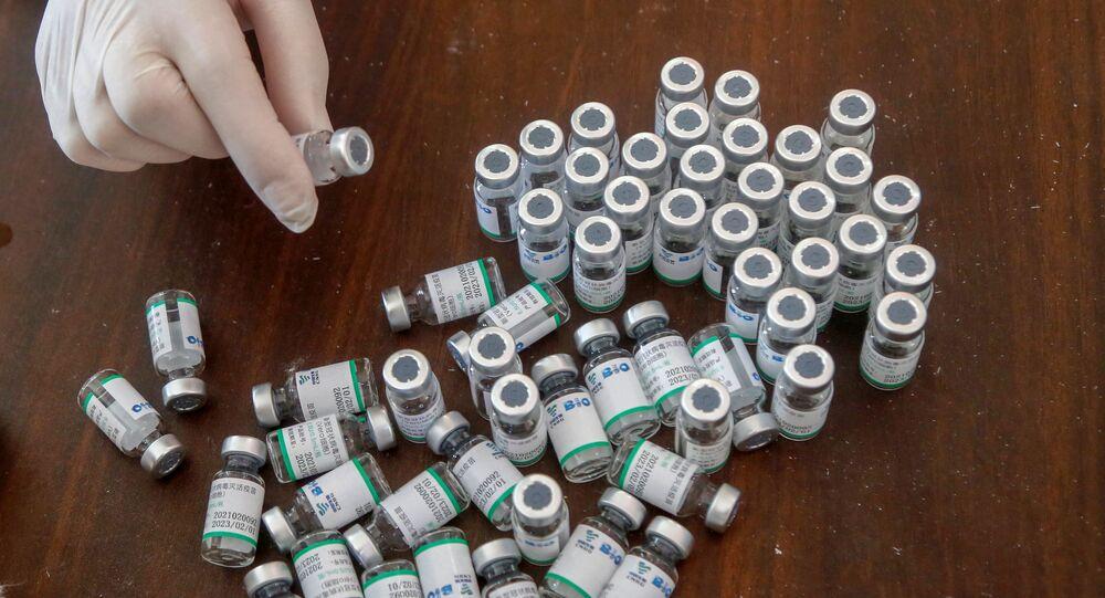 Frascos vazios de vacina da Sinopharm contra COVID-19