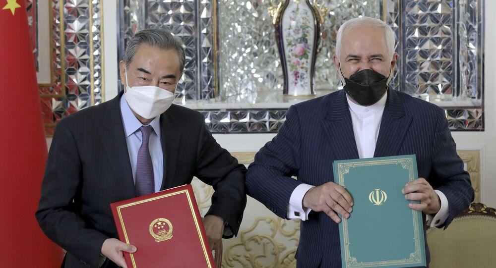 O ministro das Relações Exteriores do Irã, Mohammad Javad Zarif, e o ministro das Relações Exteriores da China, Wang Yi, trocam documentos durante a cerimônia de assinatura de um acordo de cooperação de 25 anos, em Teerã, Irã, em 27 de março de 2021