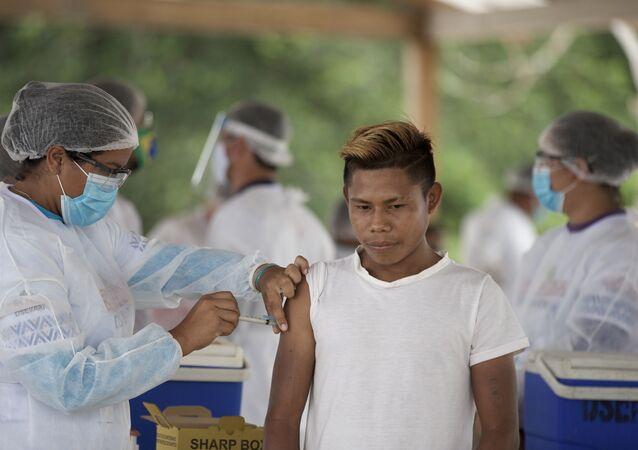 Indígena é vacinado no povoado de Iuaretê, no município São Gabriel da Cachoeira (AM)