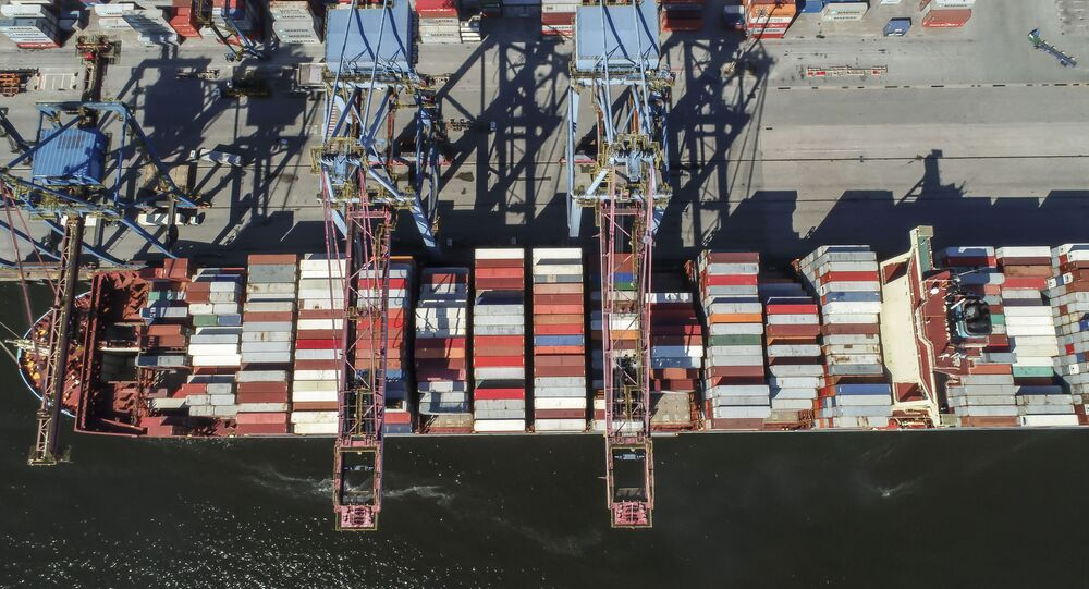 Vista aérea de cargueiro carregado no Tecon Santos, o maior terminal de containeres da América do Sul, na margem esquerda do Porto de Santos, no distrito de Vicente de Carvalho, em Guarujá (SP)