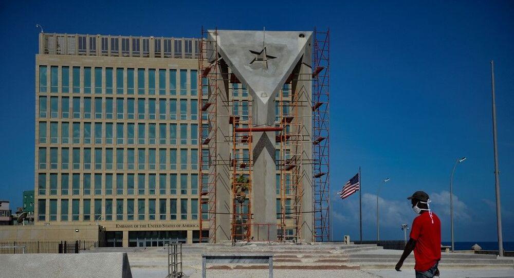 Cuba ergue enorme bandeira de concreto em frente à embaixada norte-americana em Havana, em foto de 1º de abril de 2021
