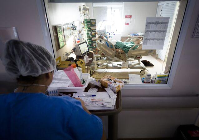 Paciente com COVID-19 é atendido em UTI em hospital de Araraquara, interior de São Paulo.