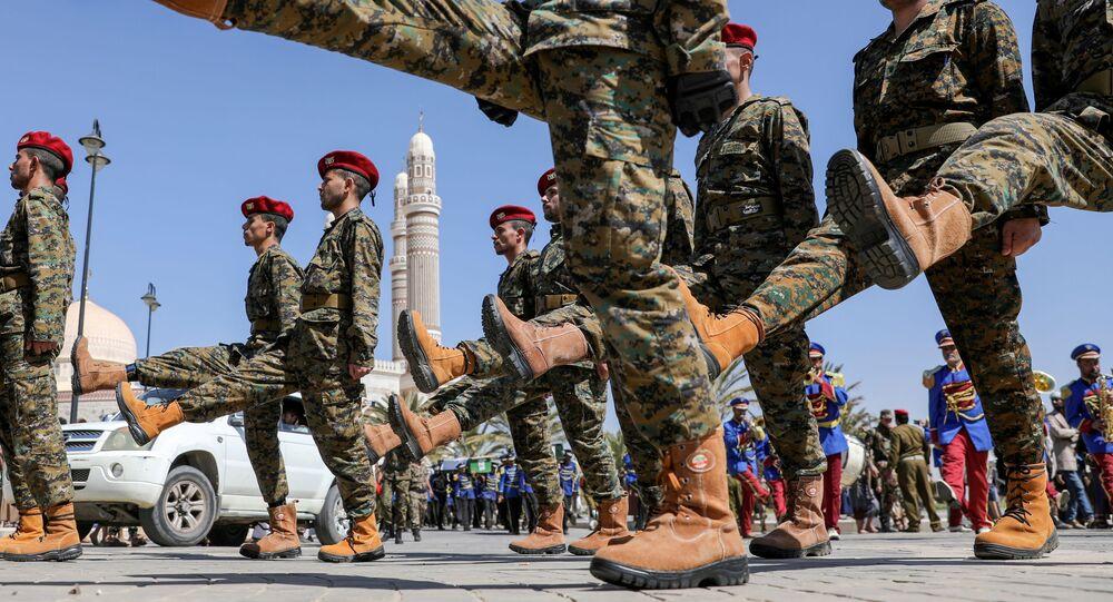 Soldados do movimento houthi marcham durante funeral de seus combatentes, mortos em recentes confrontos, em Sanaa, no Iêmen