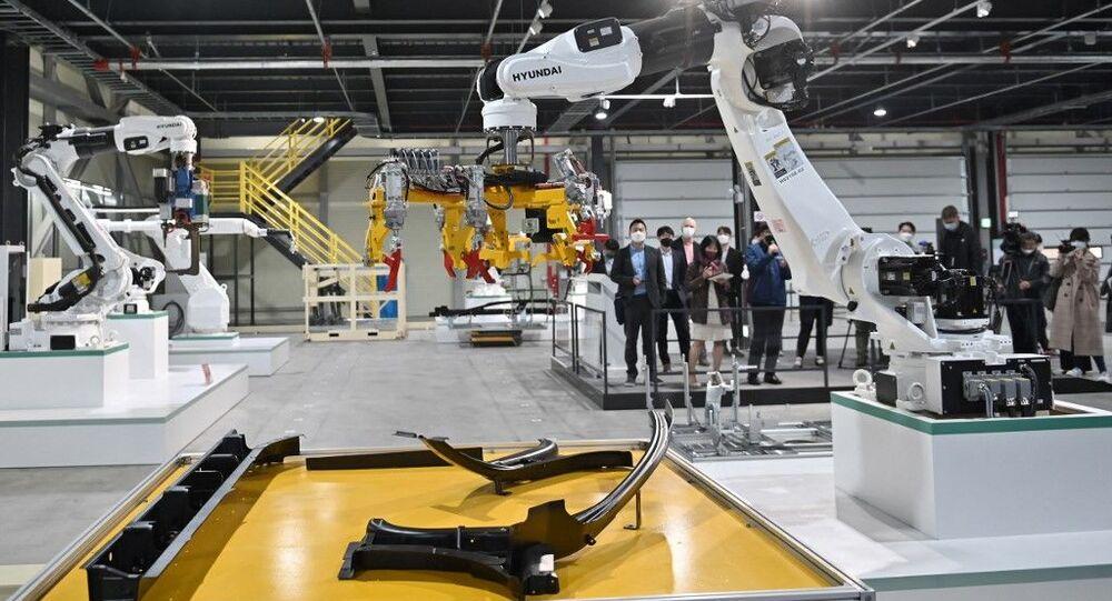 Visitantes observam robôs industriais durante evento de demonstração de logística inteligente organizado pelo Ministério de Terras, Infraestrutura e Transporte da Coreia do Sul