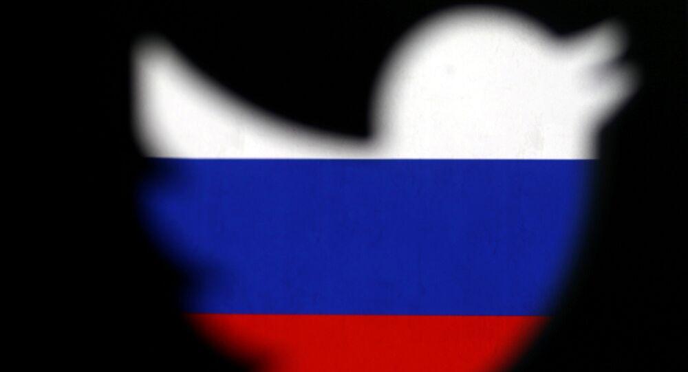 Logotipo do Twitter impresso em 3D exibido em frente à bandeira russa