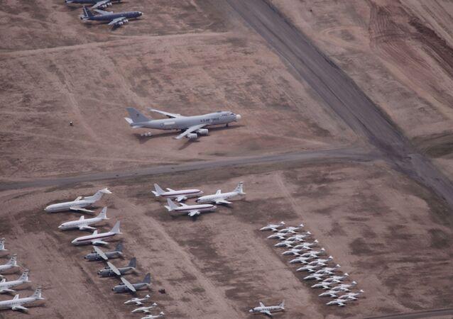 Aeronave NT-43A RAT 55, da Força Aérea dos EUA, estacionada em pátio.