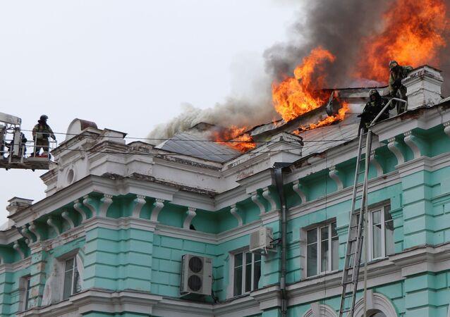 Bombeiros combatem as chamas no centro de cirurgia cardíaca de Blagoveschensk