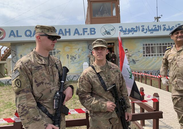 Soldados dos EUA ficam de guarda durante a cerimônia de entrega do aeródromo Qayyarah às forças de segurança iraquianas no sul de Mossul, Iraque