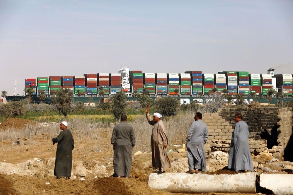 Cargueiro Ever Given, desencalhado no canal de Suez, começa movimento rumo ao local de inspeção técnica