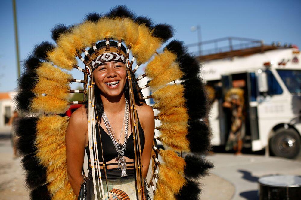 Dançarina em traje tradicional durante celebrações da Semana Santa em Ciudad Juarez, México, 28 de março de 2021