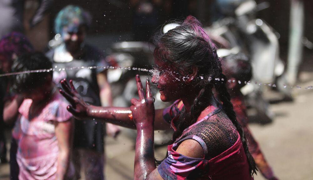 Crianças indianas lançam água durante o festival Holi em Jammu, Índia, 28 de março de 2021