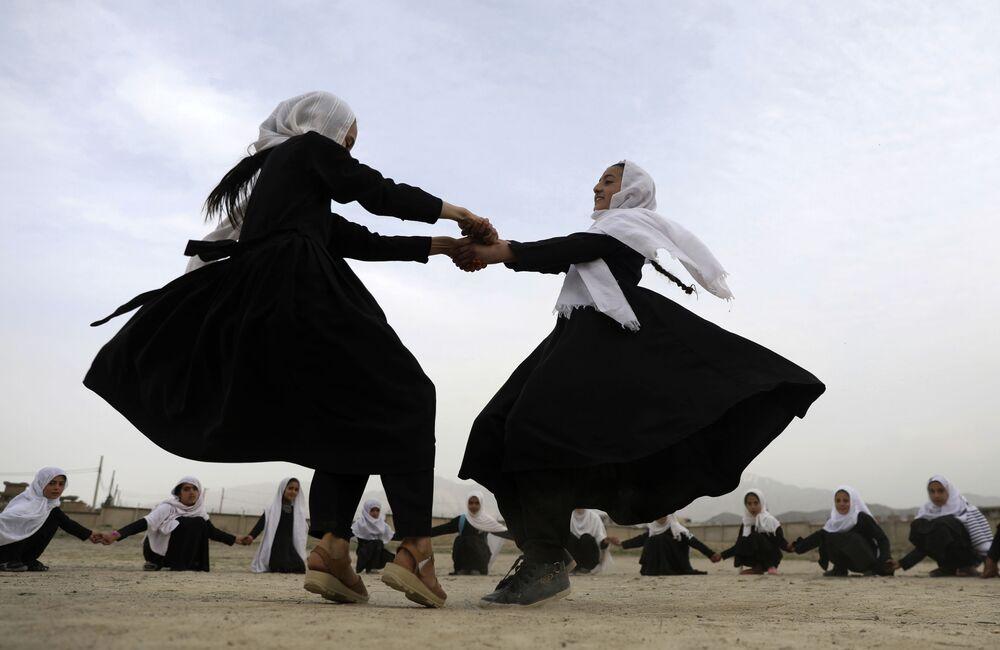 Alunos jogam em Cabul, Afeganistão, 27 de março de 2021