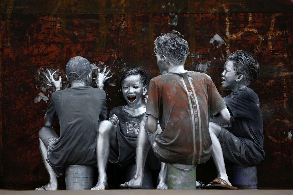 Adolescentes cobertas de tinta prateada em Jakarta, Indonésia