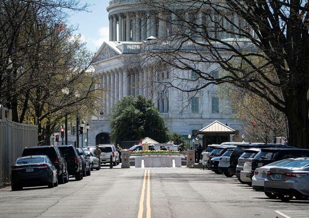 A polícia do Capitólio dos EUA investiga uma ameaça à segurança no Capitólio dos EUA em Washington, EUA, 2 de abril de 2021