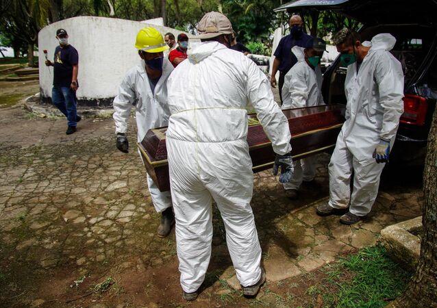 Enterro de vítima da COVID-19 em Santo André, em São Paulo.