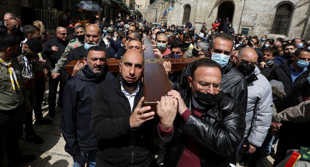 Fiéis participam da procissão da Sexta-feira da Paixão de Cristo, em Jerusalém, no dia 2 de abril de 2021