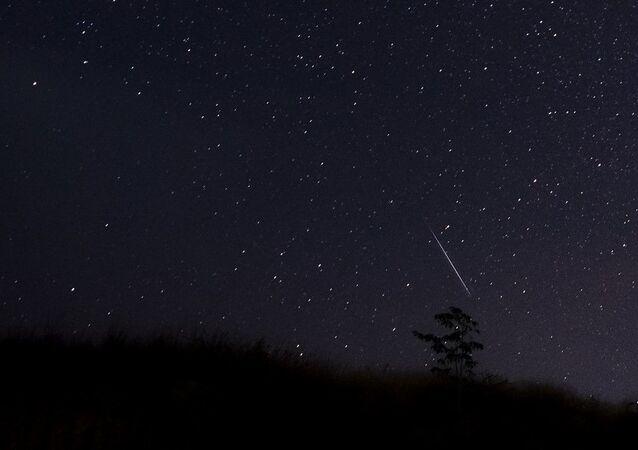 Meteoro voando pelo céu noturno sobre Mianmar durante a chuva de meteoros (foto de arquivo)