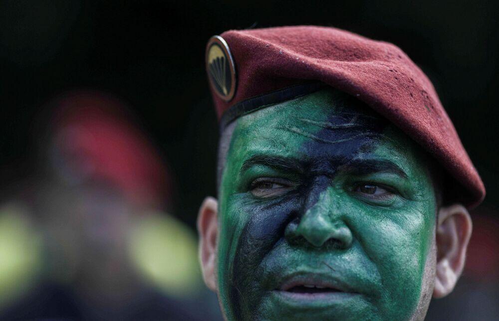 Homem com rosto pintado durante manifestação em apoio ao presidente Jair Bolsonaro durante o 57º aniversário do golpe militar no Brasil, Rio de Janeiro, 31 de março de 2021