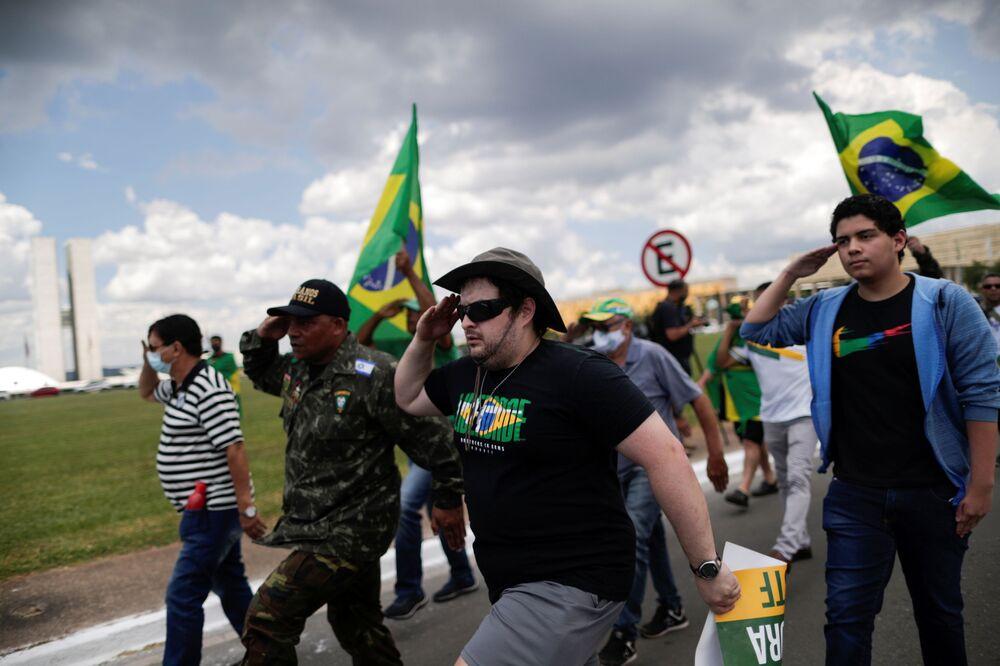 Pessoas marcham durante manifestações em apoio ao presidente Jair Bolsonaro durante o 57º aniversário do golpe militar no Brasil, Rio de Janeiro, 31 de março de 2021
