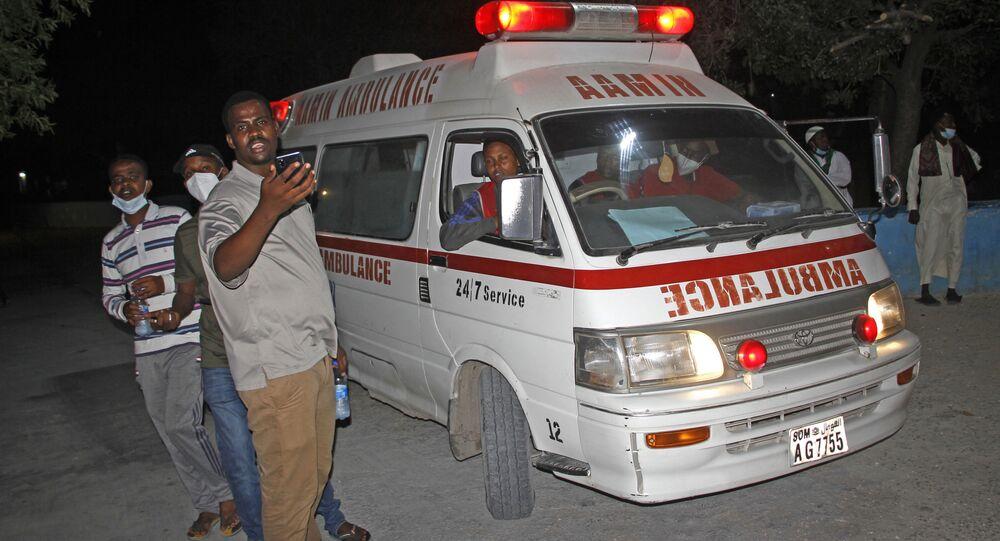 Ambulância socorre feridos após explosão em restaurante de Mogadíscio, capital da Somália, em 5 de março de 2021