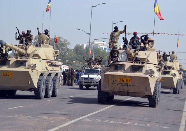 Militares do Chade desfilam pelas ruas da capital do país, N'Djamena, em 11 de dezembro de 2015