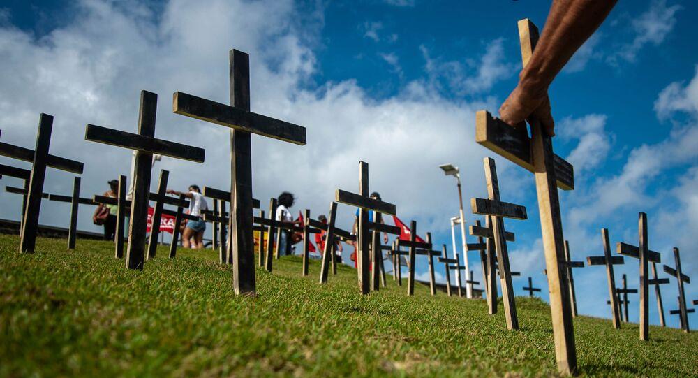 Manifestantes prestam solidariedade às vítimas da COVID-19 durante ato em Salvador, na Bahia, neste sábado, 3 de abril de 2021