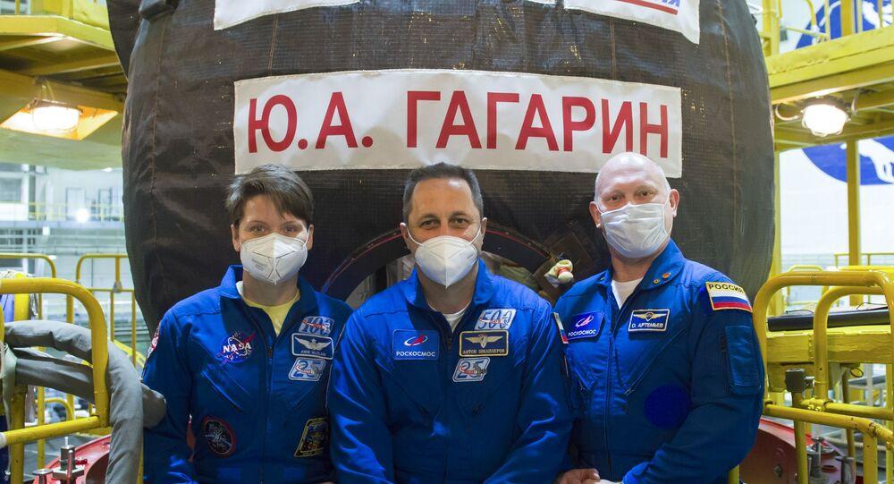 A astronauta da NASA Ann McClain e os cosmonautas da Roscosmos Anton Shkaplerov e Oleg Artemyev, membros da tripulação de apoio da Expedição 65 à EEI, antes das sessões de treinamento na espaçonave de transporte Soyuz MS-18 no cosmódromo de Baikonur, no Cazaquistão