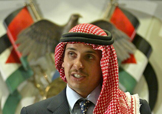 O príncipe herdeiro da Jordânia, Hamzah bin Al-Hussein, discursa para clérigos e acadêmicos muçulmanos na cerimônia de abertura de uma conferência religiosa em Amã, Jordânia, em 21 de agosto de 2004.