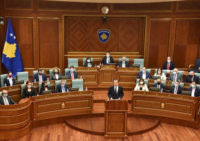 O recém-eleito primeiro-ministro de Kosovo, Albin Kurti, pronuncia seu discurso após prestar juramento durante uma sessão parlamentar em Pristina, Kosovo, em 22 de março de 2021.