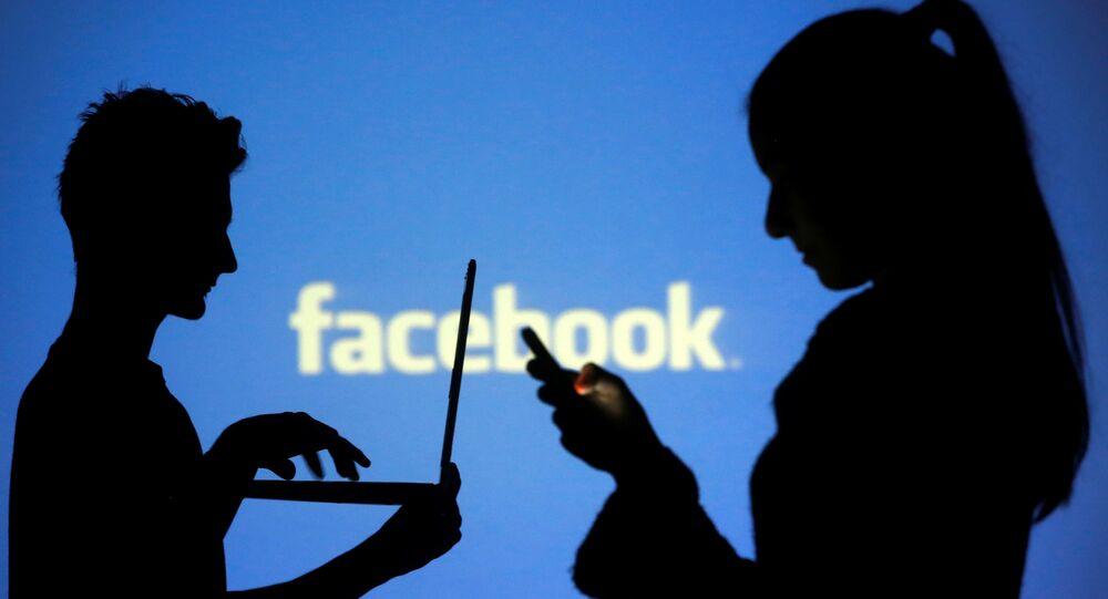 Pessoas utilizando as redes sociais com o logo do Facebook ao fundo