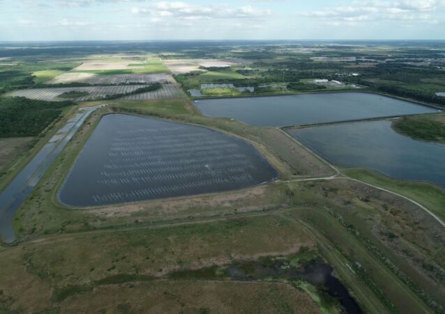 Um reservatório de uma antiga mina de fosfato, onde está ocorrendo um vazamento de água poluída na Flórida