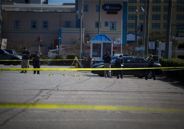 Em Virginia Beach, nos EUA, policiais trabalham na cena de um tiroteio, em 27 de março de 2021