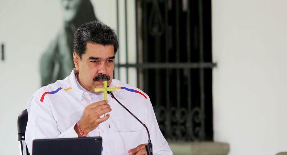 Presidente da Venezuela, Nicolás Maduro, segura cruz feita de folhas de palmeira durante pronunciamento em Caracas
