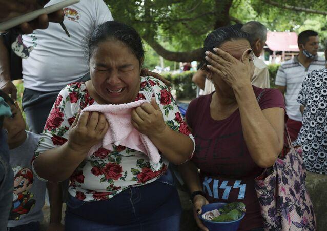 Mulheres choram após a morte de parentes em El Ripial, na Venezuela, durante conflitos entre militares venezuelanos e grupos armados vindos da Colômbia no estado de Apure
