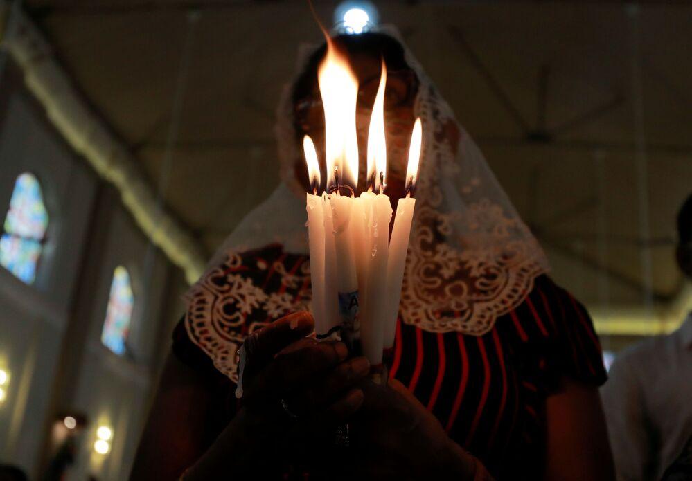 Fiel participa das orações do Domingo de Páscoa na Igreja de São Sebastião, uma das igrejas que foram atacadas com bomba em 21 de abril de 2019 durante as celebrações pascais, Katuwapitiya, Sri Lanka, 4 de abril de 2021