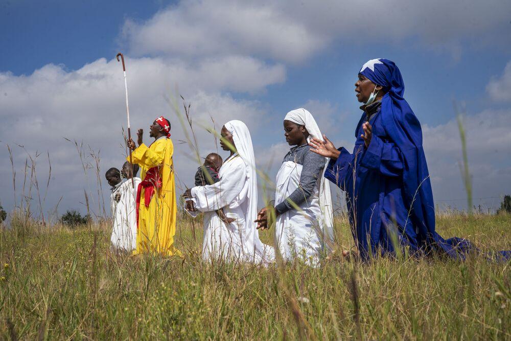 Pentecostais apostólicos celebram a Páscoa em campo no município de Soweto, perto de Joanesburgo, África do Sul, 4 de abril de 2021. Esta igreja sul-africana independente consiste em pequenos grupos de fiéis que misturam as tradições africanas com estudos da Bíblia