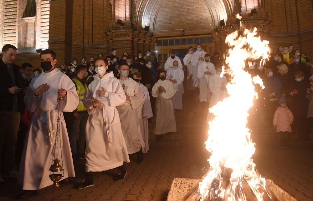 Fiéis e clérigos durante missa da Páscoa na Catedral da Nossa Senhora da Conceição em Moscou, Rússia