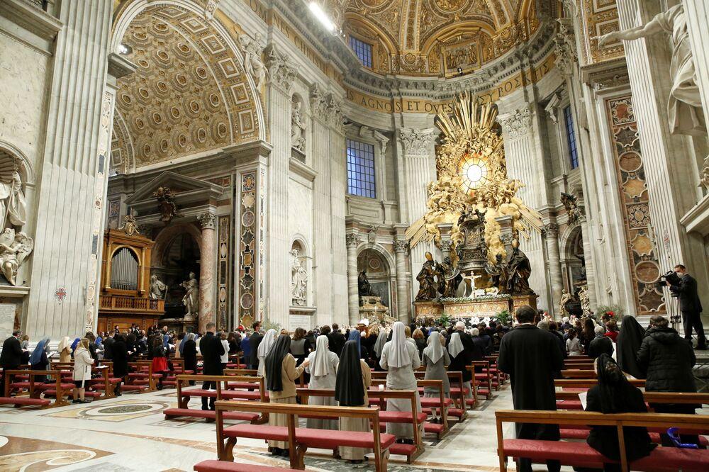 Papa Francisco celebra a Vigília pascal na Basílica de São Pedro em meio a restrições devido à pandemia da COVID-19, Vaticano, 3 de abril de 2021