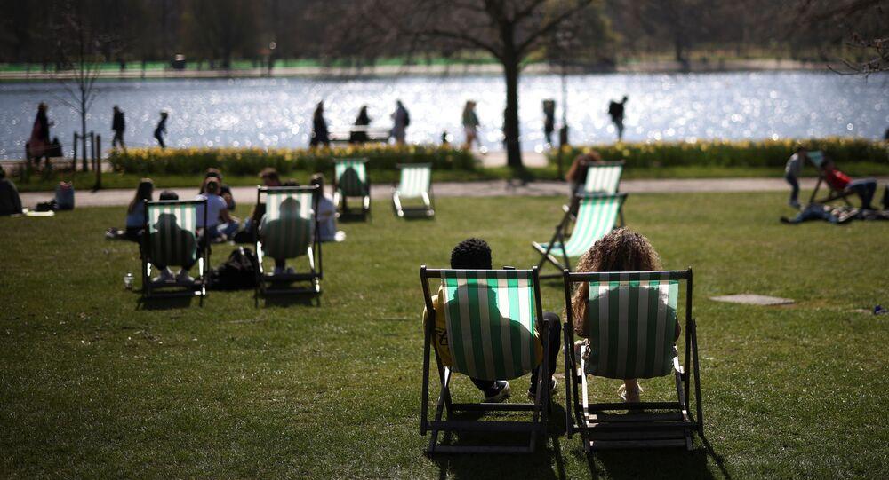 Pessoas tomam sol no Hyde Park, conforme as restrições impostas para combate à COVID-19 são gradualmente retiradas em Londres, Reino Unido, 4 de abril de 2021