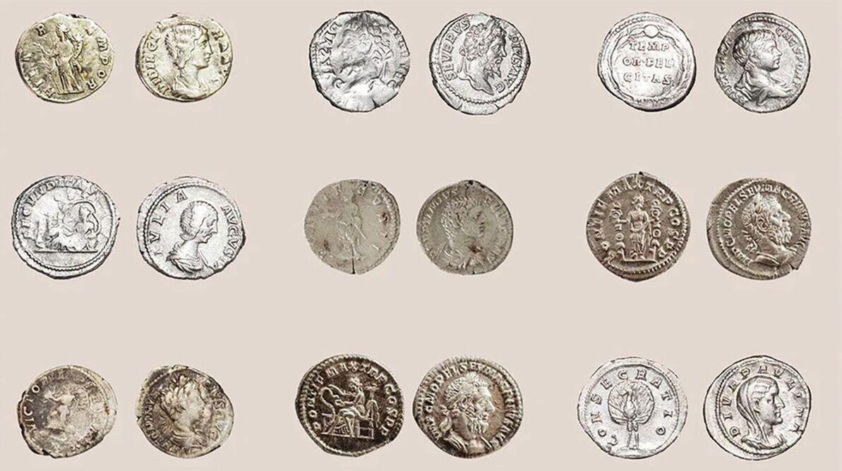 Parte do tesouro de aproximadamente 600 antiga moedas de prata romanas, encontrada na cidade de Plovdiv, na Bulgária
