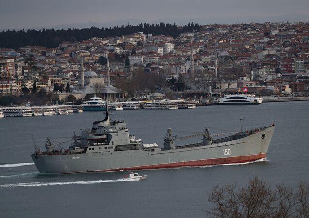 Navio Saratov, da Marinha da Rússia, é escoltado por uma lancha da Guarda Costeira da Marinha da Turquia no Bósforo, a caminho do mar Mediterrâneo, em Istambul, Turquia, 7 de março de 2021