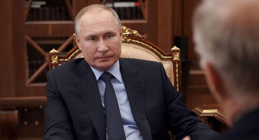O presidente da Rússia, Vladimir Putin, encontra-se com o diretor-geral do Fundo Russo de Investimento Direto, Krill Dmitriev, no Kremlin em Moscou, Rússia.