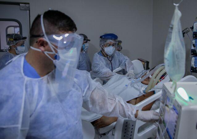 Em Bragança Paulista, uma equipe de profissionais de Saúde trata de um paciente de COVID-19 em uma UTI do Hospital Universitário de São Francisco, em 2 de março de 2021