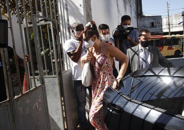 Ex-assessor de Flávio Bolsonaro na Alerj, Fabrício Queiroz, e a mulher dele Márcia Aguiar, chegam na sede da Secretaria de Estado de Administração Penitenciária (SEAP), no Rio de Janeiro, na tarde desta sexta-feira (19), para a retirada das tornozeleiras eletrônicas do casal
