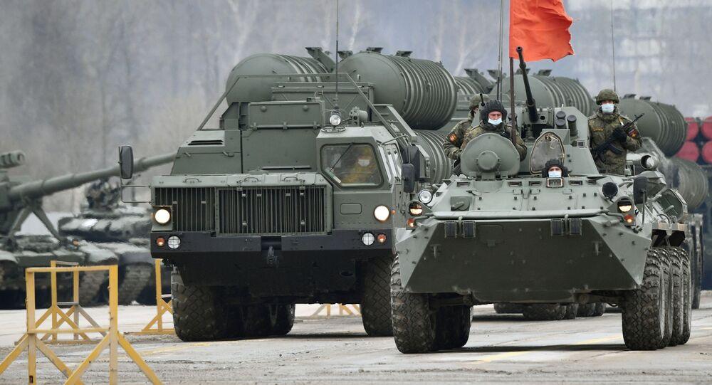 Sistema de defesa antiaérea S-400 Triumf SAM (à esquerda) durante ensaio de desfile militar realizado em Alabino, nos arredores de Moscou, Rússia, comemorativo do 76º aniversário da vitória na Grande Guerra pela Pátria